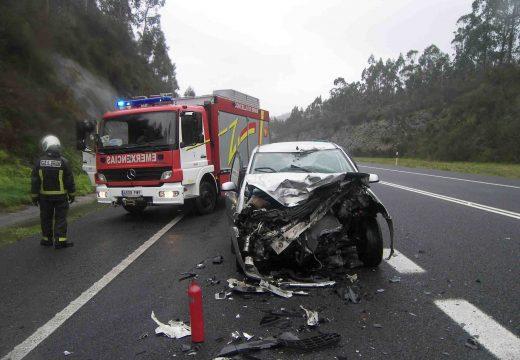 O GES de Brión asiste aos afectados por un accidente por alcance dun coche cun camión no corredor Brión-Noia sen feridos
