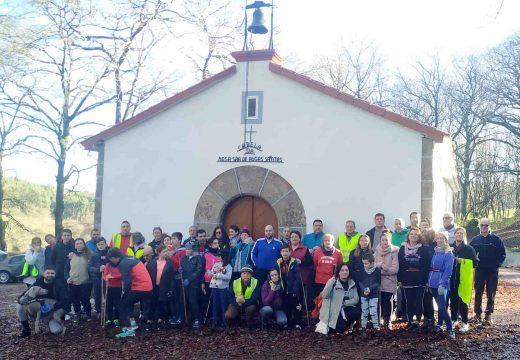 Sesenta veciños e veciñas de Frades participan na I Andaina Solidaria para a recollida de xoguetes para a Cruz Vermella