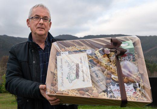 O Concello de San Sadurniño agasalla ao seu persoal cun cartucho de Nadal cheo de produtos elaborados na comarca