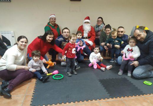 Os meniños e meniñas de Preescolar na Casa e das dúas casas niño de Frades reciben a visita de Papá Noel