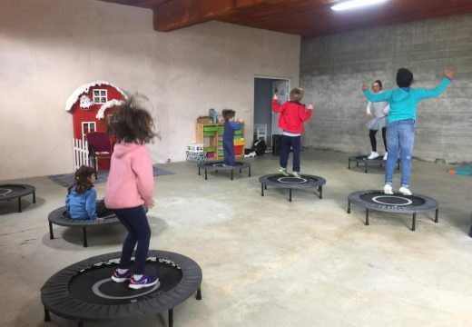 Os nenos e nenas do Lousame Concilia celebran obradoiros de bodyjumping e de decoración de bolsas de Nadal