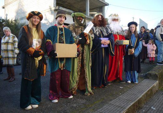 Os Reis Magos reparten agasallos aos nenos e nenas de Touro e visitan o Belén Vivinte