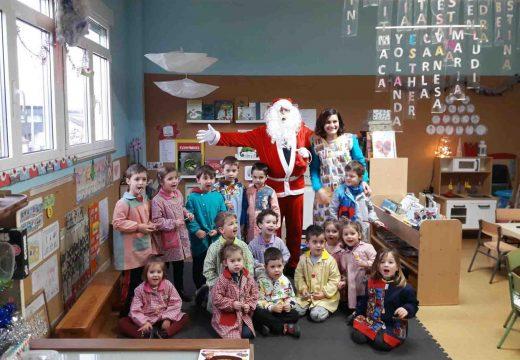 Boqueixón inaugura as festas coa visita de Papá Noel aos centros educativos e á residencia de maiores