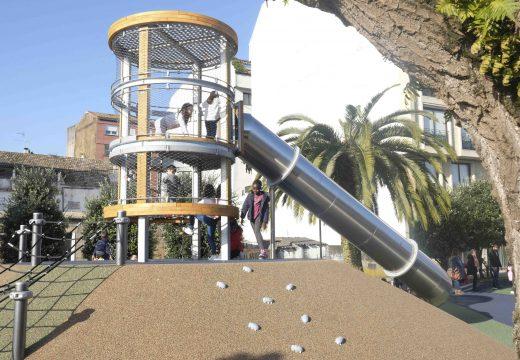 Numerosos cativos disfrutan dun renovado parque infantil do García Bayón en Riveira