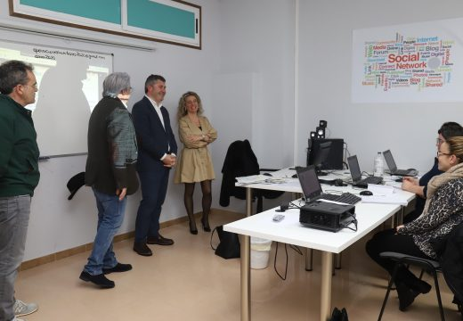Ovidio Rodeiro visitou aos alumnos dos cursos AFD de Boiro e destacou que nesta comarca se están impartindo 20 cursos para formar a 300 alumnos