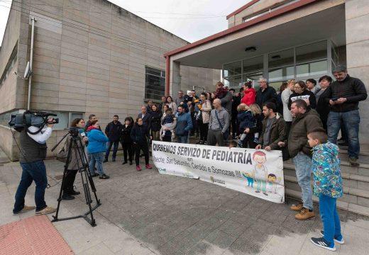 Varias familias da comarca concéntranse en San Sadurniño para esixir a restitución do servizo de pediatría