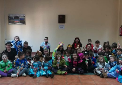 Máis de medio cento de veciños e veciñas de Frades participaron na Festa de Entroido