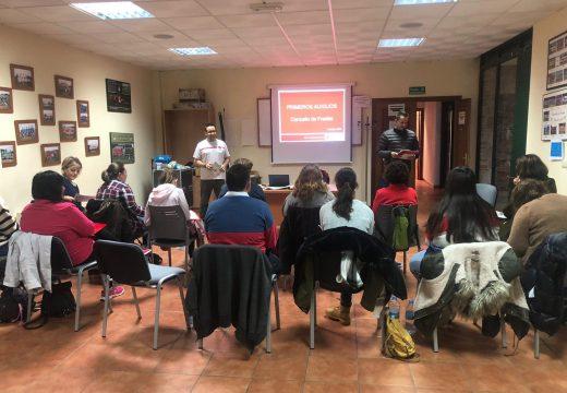 Veciños e veciñas aprenden primeiros auxilios nun curso organizado pola Cruz Vermella da Coruña en colaboración co Concello de Frades