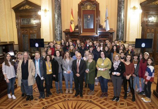 O concelleiro de Cultura recibe en María Pita o alumnado e profesorado dos países que participan no programa Erasmus+KA2