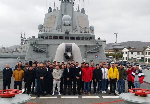 Alumnos da Escola Náutico-Pesqueira de Ribeira visitan as instalacións da Armada en Ferrol como complemento da súa formación