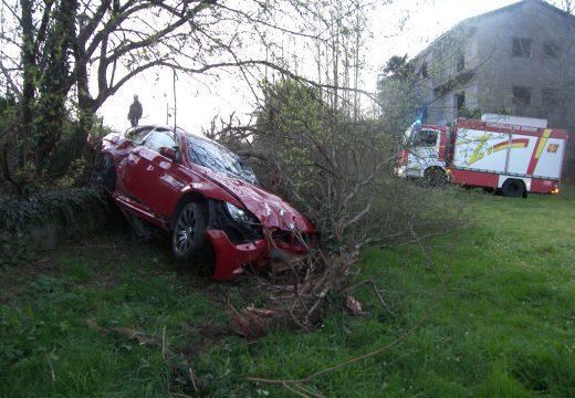 O GES de Brión participa na retirada dun vehículo accidentado e sen feridos na AC-543 na entrada do paseo do Río Pego (Brión)