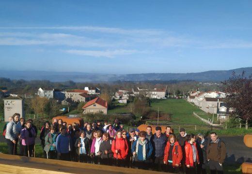 Corenta veciños e veciñas de Frades visitan o mosteiro de Oseira durante a súa peregrinaxe entre San Cristovo de Cea e Dozón