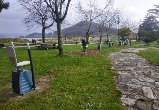 Cariño dedica 11.000 euros a transformar el parque biosaludable del paseo marítimo en un gimnasio al aire libre