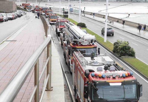 Os Bombeiros percorren a cidade cos vehículos que incorporaron este ano ao servizo