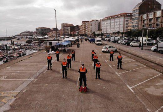 Voluntarios de Protección Civil de Ribeira controlan o acceso ao mercadiño dos sábados e reparten material preventivo