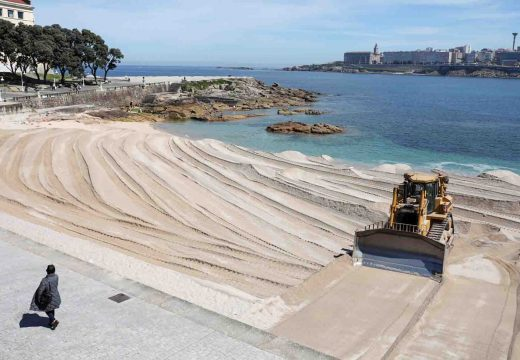 Medio Ambiente retira a duna de Riazor para preparar as praias cara ao verán