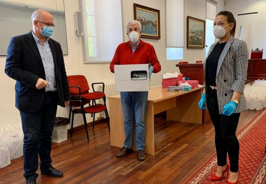 O Concello de Noia achega dez pantallas protectoras e 500 máscaras a Cáritas