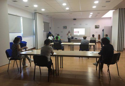 Un pequeno grupo de interesados reciben formación en Touro sobre as medidas hixiénico-sanitarias fronte á COVID19