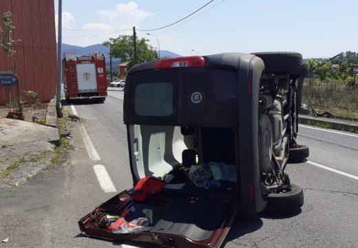 Unha muller resulta ferida leve nun accidente de tráfico na parroquia de San Salvador (Brión)