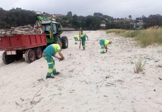 Recollida de residuos na praia Grande