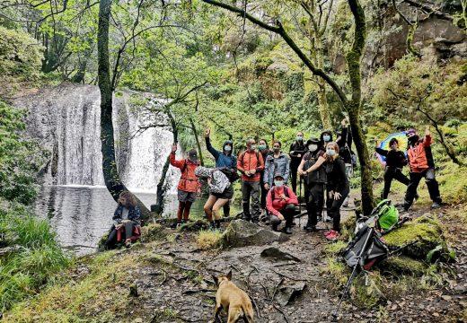 Unha quincena de persoas participou este domingo nunha ruta de sendeirismo polo río