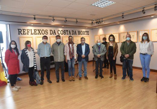 Manuel Ayaso recibe unha emotiva homenaxe no Lustres Rivas con motivo da apertura da súa exposición «Reflexos na Costa da Morte»