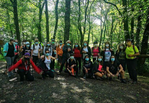 Afeccionados ao sendeirismo apostan polas rutas a pé pola natureza de Touro tras o final do estado de alarma pola Covid-19