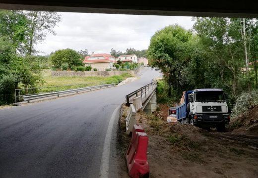 Retómanse as obras de ampliación e mellora do trazado nos primeiros 330 metros da DP- 1301 en Brión, suspendidas hai un ano