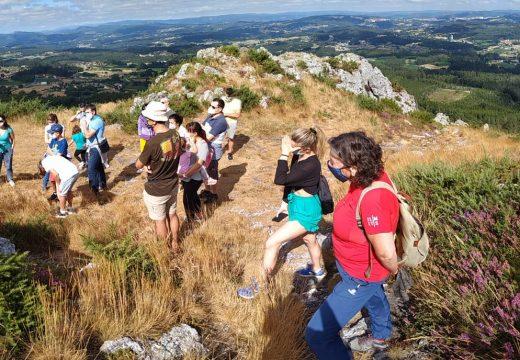Boa acollida á primeira das visitas guiadas xeolóxicas ao Pico Sacro cunha vintena de asistentes