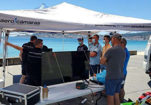 Efectivos da Policía Local e GAEM de Ribeira participan nun simulacro de uso de drons para unha emerxencia na praia de Coroso