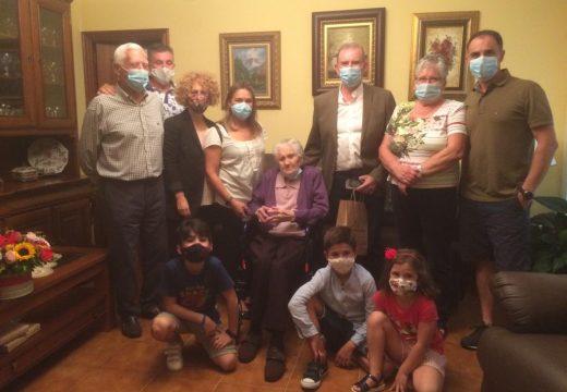 Visita do alcalde polos 100 anos de María Rico Pita, veciña da Barrosa
