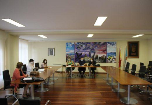 Mónica Rodríguez, Sandra Insua e Iago Toba reúnense cos ADL para articular o comezo do obradoiro de emprego xuvenil