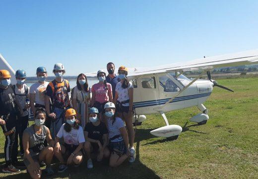 Un grupo de rapazas e rapaces achéganse á aeronáutica nun campamento de verán organizado pola Xunta en Mazaricos