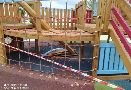 O Concello de Noia pecha temporalmente o parque infantil do Paseo Marítimo para reparar os xogos que foron obxecto de vandalismo