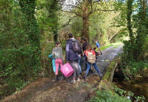 Os voluntarios da xornada de limpeza no Barcés retiraron máis de media tonelada de lixo do río