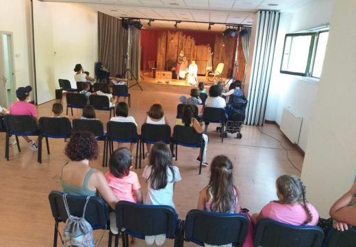Nenos e nenas de Touro asistiron á función de Teatro 'Rosalía' de Culturactiva o pasado venres na Casa da Cultura