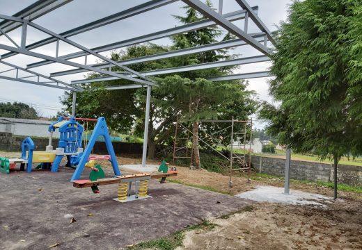 O Concello de Boqueixón instala cubertas nos parques infantís de Camporrapado e Lestedo