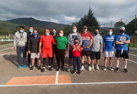 O Concello de Padrón realiza accións de mellora nas pistas de tenis municipais