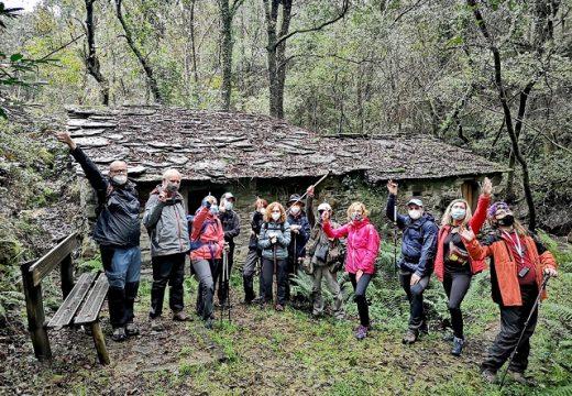 Un grupo de sendeiristas, da man de Galicia Senderismo, desfrutou onte domingo da 'Ruta dos Tres Ríos' ata a fervenza do Inferniño