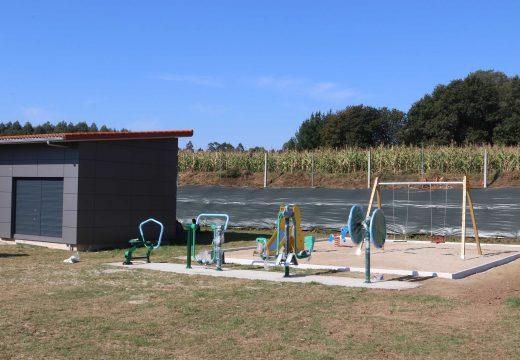 O Concello de Frades instala xogos infantís e un circuíto biosaudable para a terceira idade no local social de Añá