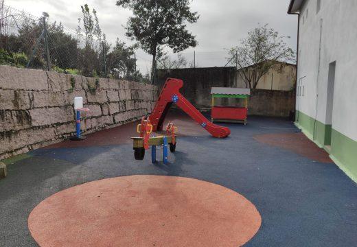 Instalado mobiliario infantil no patio de xogos da escola do Vilariño