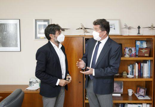 Borrego analiza a actual situación de Alvedro xunto co director do aeroporto coruñés