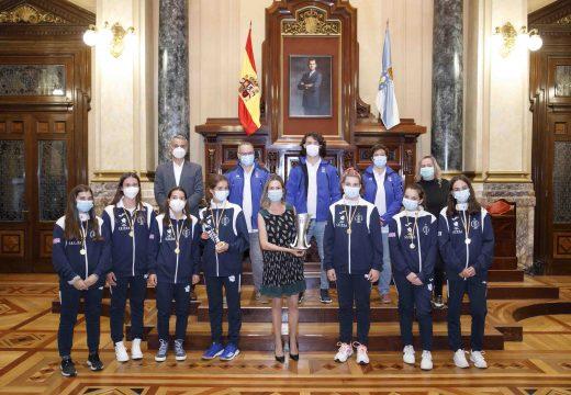 Mónica Martínez recibe no concello as campioas coruñesas de hóckey herba