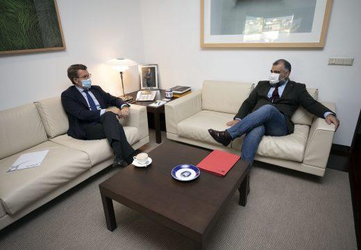 Feijoó analiza co alcalde de Oza-Cesuras as principais necesidades do municipio