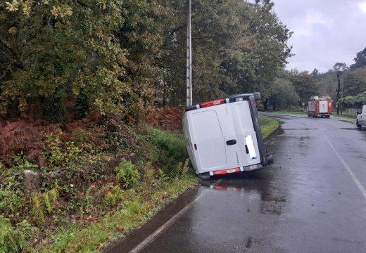 O GES de Brión asiste nun accidente dunha furgoneta de reparto en Loureiros (Ames)