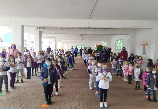 """O Concello de Frades reparte material coa lenda """"Todo está na nosa man"""" ao alumnado do IES de Ponte Carreira e á veciñanza"""