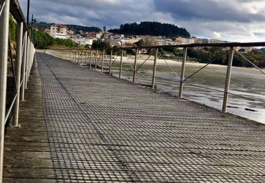 Miño finaliza a instalación da malla antiescorregadiza no paseo da praia dá Ribeira para incrementar a seguridade