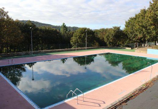 As obras de reforma integral da piscina municipal de Lousame están a piques de rematar