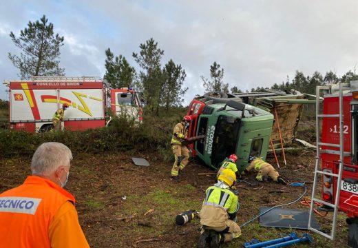 Operarios do GES de Brión liberan a un home que quedou atrapado debaixo do camión que conducía en Forniños (Negreira)