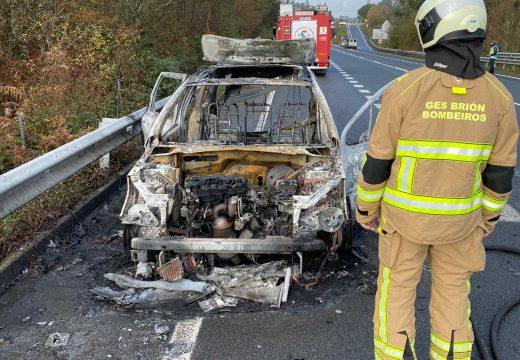 Choca contra outro coche ao quedarse o condutor mirando a outro vehículo ardendo na estrada de Seoane a Ponte Maceira